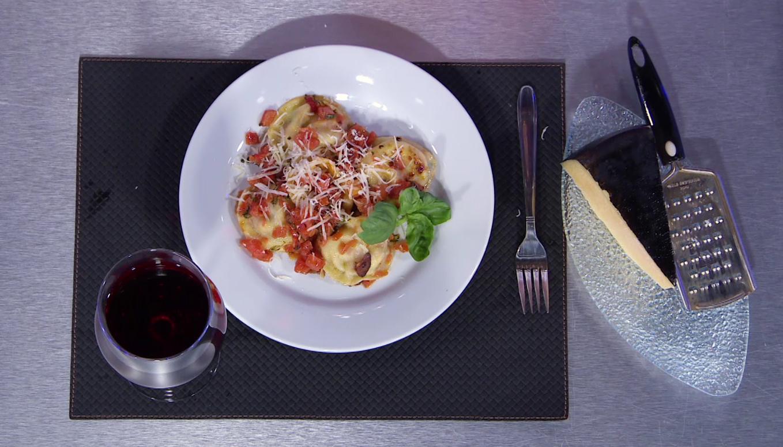 Sorrentinos caprese con salsa fileto.
