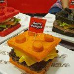 ¡Sólo para fanáticos! El restaurante que sirve hamburguesas en panes con forma de ladrillos Lego