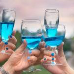 Blue wine, el increíble vino de color azul que pusieron de moda los millennials