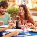 Por qué comemos más cuando estamos con amigos