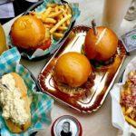 ¡Polémico! Un restaurant temático en homenaje a Pablo Escobar sirve hamburguesas… ¡decoradas con falsa cocaína!