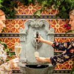 Un restaurant instaló una fuente de espumante de canilla libre