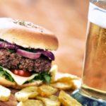 Alcohol y comidas rápidas, un combo que se retroalimenta