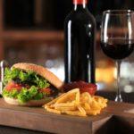 Por qué la hamburguesa va mejor con vino que con cerveza, y cuáles son los que mejor combinan