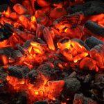 Carbón vs. leña: la grieta de las parrillas argentinas