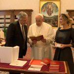 El libro sobre cafés notables que Alberto Fernández le regaló al Papa Francisco