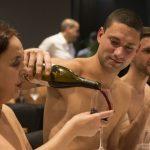 El restaurant nudista donde hasta los mozos están sin ropa