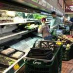 Coronavirus: arrestaron a una mujer por toser y escupir comida en un supermercado