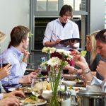 Mesas comunitarias en restaurants, la moda que desaparecerá por el coronavirus