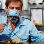 Barbijo mecánico, el invento que permite salir a comer sin riesgos de contagiarse de coronavirus