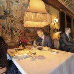 Colocan maniquíes en un restaurant que va a reabrir para que los comensales no se sientan tan solos