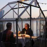 Cabinas de vidrio, la solución que implementó un restaurant al reabrir después de la cuarentena