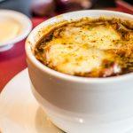 Sopa de cebolla, una historia clásica para darse calor cuando llega el invierno