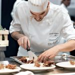 Agua solidaria: el programa de una famosa marca para ayudar a cocineros y restaurants afectados por la pandemia