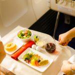 Vuelven los vuelos pero sin servicio de comidas y bebidas a bordo: un negocio millonario que pierden las aerolíneas