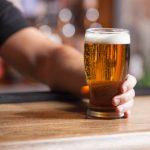 Volvió a su bar favorito y pagó todas las cervezas que no pudo tomar durante la cuarentena