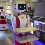 Robots que trabajan de mozo: el restaurant holandés que usa alta tecnología para proteger a los comensales del coronavirus