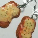 Milanesa napolitana, fernet en botella y más: la tiktoker que hace aritos con forma de comida