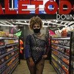 Una discoteca LGBT reabre sus puertas como supermercado atendido por drag queens