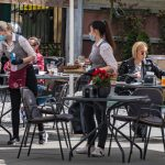 Restaurants y bares al aire libre: habilitan la posibilidad de comer y beber en los locales