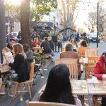 Respeto mayoritario del protocolo o demasiados desbordes: la grieta después del primer fin de semana de mesas al aire libre