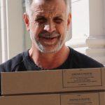 El delivery de Christian Petersen: lleva milanesas a domicilio en persona y en bicicleta