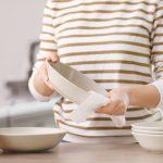 Rollo de cocina: te contamos por qué no tenés que limpiar vasos y tazas con este papel