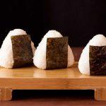 Onigiri, la popular delicia japonesa que se convirtió en un clásico de la comida callejera
