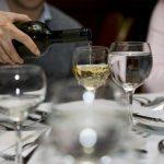 Agua y vino: el combo que puede ser clave para evitar la resaca