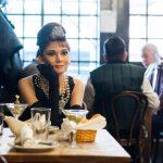Un restaurant ubicó figuras de cera de celebridades para que sus mesas no estén vacías