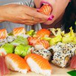 Mi nombre es Salmón: se cambian de identidad en el Registro Civil para aprovechar una promoción y comer sushi gratis