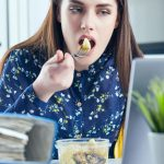 Comer en el escritorio del trabajo: un debate cultural y legal que fue trastocado por la pandemia