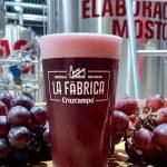 Tiene el color y el sabor del vino pero es una cerveza: la bebida que sorprende a todos