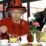 Containers con comida, el acompañante imprescindible en cada viaje de la reina de Inglaterra
