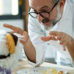 Cocina con títeres: la divertida aparición de Massimo Bottura en la serie que produce Michelle Obama
