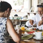 Restaurants, adultos mayores y tecnología: reflexiones sobre un vínculo que la pandemia volvió complicado