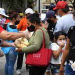 Regalan mil kilos de pan para protestar por el control de precios de la harina
