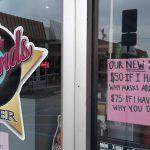 """Firme advertencia de un restaurant para los que no usan barbijo: """"Multa de 50 dólares si te tengo que explicar por qué es obligatorio"""""""