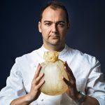 Con estrellas Michelin y sin carne: cerró su restaurant por la pandemia, armó un comedor popular y ahora reabre con menú 100% vegano