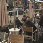 Comer al aire libre: la gente sigue concurriendo a bares y restaurants a pesar del frío