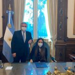 Uvas malbec, el motivo de un cuadro que le regalaron al presidente Alberto Fernández