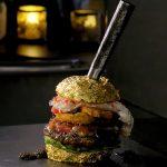 La hamburguesa más cara del mundo: carne japonesa, caviar, cangrejo, trufas y aros de cebolla elaborados con champagne