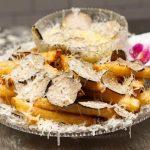 Las papas fritas más caras: queso de leche de oveja, trufas y polvo de oro, toques de lujo de un plato que es récord Guinness