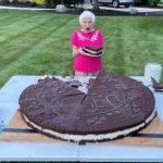 Galletita récord: una anciana de 95 años preparó la Oreo más grande del mundo