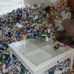 Se terminó el contrato de alquiler y su inquilino le dejó un basural en el living: 8.000 latas de cerveza sobre los sillones