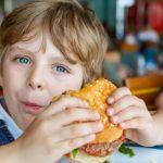 Pidió una hamburguesa para su hijo, se quejó por el tamaño y recibió una dura respuesta del dueño del restaurant