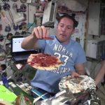 Pizza espacial: la increíble experiencia de cocinarlas y comerlas en gravedad cero